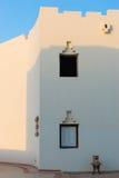 аrabic样式的二层楼的房子与白色墙壁 库存图片