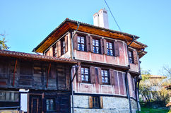 Тraditional träbulgarian hus Arkivfoto
