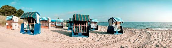 Тraditional trästrandstolar på ön Rugen, nordliga Germa arkivfoto
