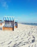 Тraditional trästrandstolar på kusten av Östersjön royaltyfri bild