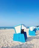 Тraditional trästrandstolar på kusten av Östersjön Arkivbild