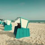 Тraditional trästrandstolar på kusten av Östersjön Royaltyfri Fotografi