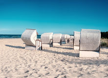 Тraditional trästrandstolar på kusten av Östersjön Royaltyfri Foto