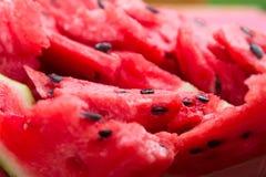 Ð- reife Wassermelone mit den schwarzen Samen geschnitten Abschluss oben Stockbilder
