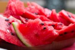 Ð- reife Wassermelone mit den schwarzen Samen geschnitten Abschluss oben Lizenzfreie Stockfotos