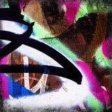 Ð•Rennen eines mehrfarbigen Sprays auf Rusty Metal Fence element Stockbild