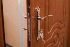 Ð- rmored ingångsdörren med tangenten i låset royaltyfria bilder