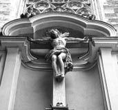 Ð-¡ rucifix utanför den Minoritenkirche kyrkan Arkivbild