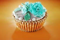 Ð-¡ upcake verziert mit Blumen Lizenzfreie Stockfotografie