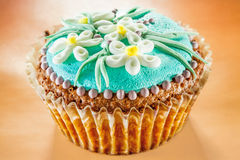 Ð-¡ upcakes verziert mit Blumen Lizenzfreie Stockfotos