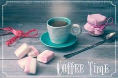 Ð-¡ upp av kaffe, en krus av driftstopp och marshmallower royaltyfri illustrationer