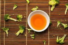 Ð-¡ ups med japanskt grönt te på en trätabell Royaltyfri Foto
