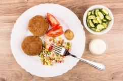 Ð-¡ utlets mit Gemüsemischung, Tomaten und Senf in der Platte, cucu Lizenzfreies Stockbild