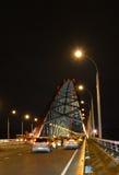 Ð ¡ zostawał bridżowym nad rzecznym Ob w Novosibirsk przy nocą, Syberia obrazy stock