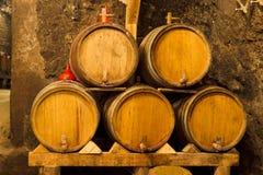 Ðld winekällare med oaktrummor Royaltyfri Foto