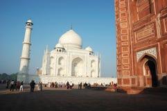 Ðourists que visita la señal famosa del monumento de la India - del Taj Mahal enumerado como patrimonio mundial de la UNESCO Foto de archivo