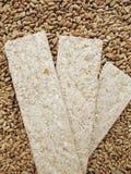 Ðread Chipsletten und Körner des Weizens Lizenzfreie Stockfotos