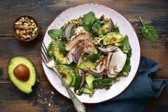 Салат шпината с зажаренными филе, авокадоом и грецкими орехами цыпленка Взгляд сверху с космосом экземпляра стоковое изображение