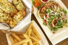 Салат Wasabi семг, хлеб сыра чеснока и французский картофель фри Питание стоковая фотография rf