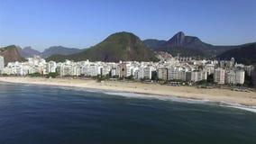 Самый известный пляж в мире Чудесный город Рай мира Пляж Copacabana в районе Copacabana, Рио-де-Жанейро акции видеоматериалы