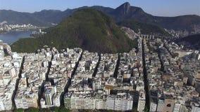 Самый известный пляж в мире Чудесный город Рай мира Пляж Copacabana в районе Copacabana, Рио-де-Жанейро сток-видео