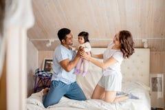 Самый лучший заботить родителей их меньшего интереса стоковое изображение