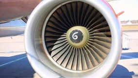 Самолетный двигатель двигателя поворачивает в ветер, производящ сильный шум видеоматериал