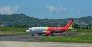 Самолет аэробуса A320 ездя на такси на взлетно-посадочной дорожке стоковые фото