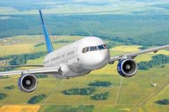 Самолет летает приобретая высота на фоне земной поверхности ландшафта стоковая фотография rf