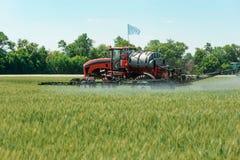 Самоходный спрейер прикладывая пестицид стоковое фото