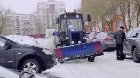 Санкт-Петербург, Россия, трактор снег-удаления 8-ое февраля 2019 большой очищает дорогу с щетками видеоматериал
