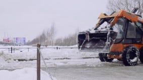 Санкт-Петербург, Россия, 8-ое февраля 2019 - предприятие службы быта очищает двор дома и мостовые от снега и льда акции видеоматериалы