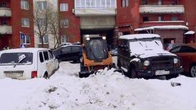 Санкт-Петербург, Россия, 8-ое февраля 2019 - предприятие службы быта очищает двор дома и мостовые от снега и льда сток-видео