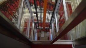 САНКТ-ПЕТЕРБУРГ, РОССИЯ - 10-ОЕ ФЕВРАЛЯ 2019: Стеклянный лифт в историческом здании гостиницы акции видеоматериалы