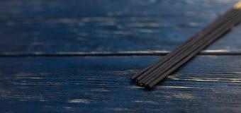 Сандаловое дерево вставляет на черном деревянном столе Традиционная азиатская культура Ароматерапия стоковое фото rf