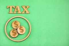 Сбережения для налогов - зеленой предпосылки стоковая фотография rf