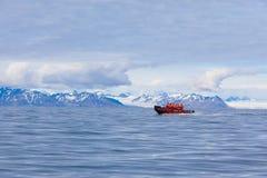 СВАЛЬБАРД - НОРВЕГИЯ, 27-ОЕ ИЮЛЯ 2012: Isfjord в Свальбарде в Шпицбергене Норвегия Красивый залив на предпосылке снежных гор стоковое изображение rf