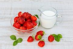 Свежие зрелые клубники в шаре и iogurt на белой таблице outdoors на летний день стоковые изображения