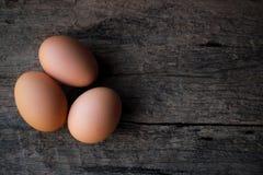 Свежие яйца на старом деревянном загородном стиле предпосылки стоковое изображение rf
