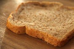 Свежий кусок хлеба всей пшеницы стоковое фото rf