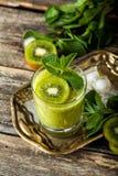 Свежий коктейль smoothie с плодом, мятой и известкой кивиа стоковое изображение rf