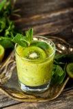 Свежий коктейль smoothie с плодом, мятой и известкой кивиа стоковое фото