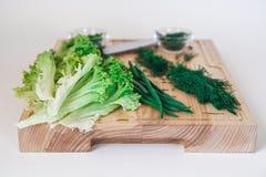 Свежий салат, вегетарианский салат, капуста на деревянной доске на белой предпосылке стоковые изображения rf