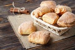 Свежо испеченные печенья сахара на деревянном столе стоковое изображение