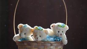 Света солнца корзины медведя игрушки 3 шерстей отснятый видеоматериал hd предпосылки деревянного темный акции видеоматериалы
