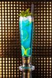 Светлый - голубой коктейль ягоды с лимоном в высокорослом стоковое изображение rf