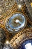 Свет внутри базилики St Peter, государства Ватикан, Рима, Италии стоковое изображение rf
