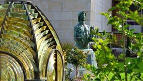 Свет от свет-башни и статуи стоковые изображения