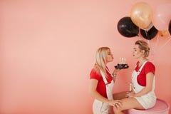 Свеча дуновения девушки предпосылки годовщины приятельства стоковое изображение rf