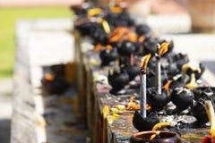 Свечи в виске Огонь в фонарике для молит со статуей Будды в виске стоковые изображения rf